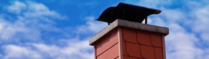 Zdjęcie przedstawia komin budynku