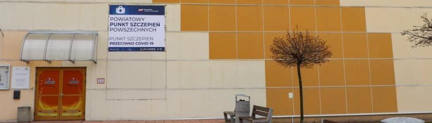 Zdjęcie przedstawia wejście do hali POSiR w Pszczynie (fot. powiat pszczyński)